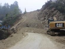 建地·堰岚山正在修建中的黄石路
