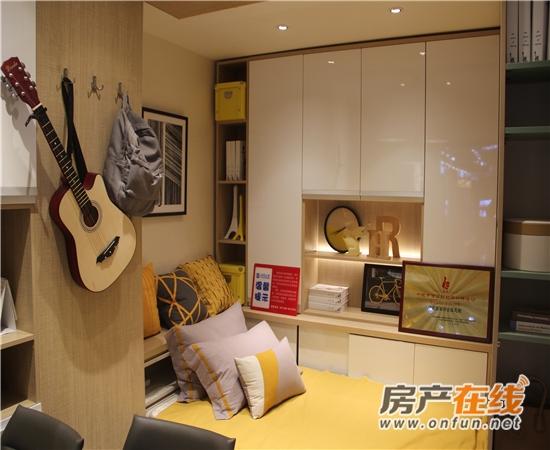 """提供""""免费上门量尺、免费全屋3D设计、免费入户安装""""的一站式家居空间定制服务。"""