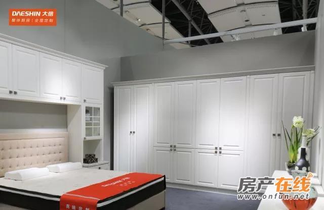 纯白简欧衣柜 温暖氛围的王牌选择,简单的主色搭配欧式刀型,有空间感的同时更有时尚感。