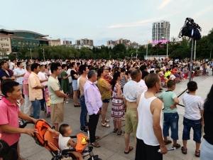 華西城共建文明城市公益巡演火爆現場 8月3日咱們房縣見!